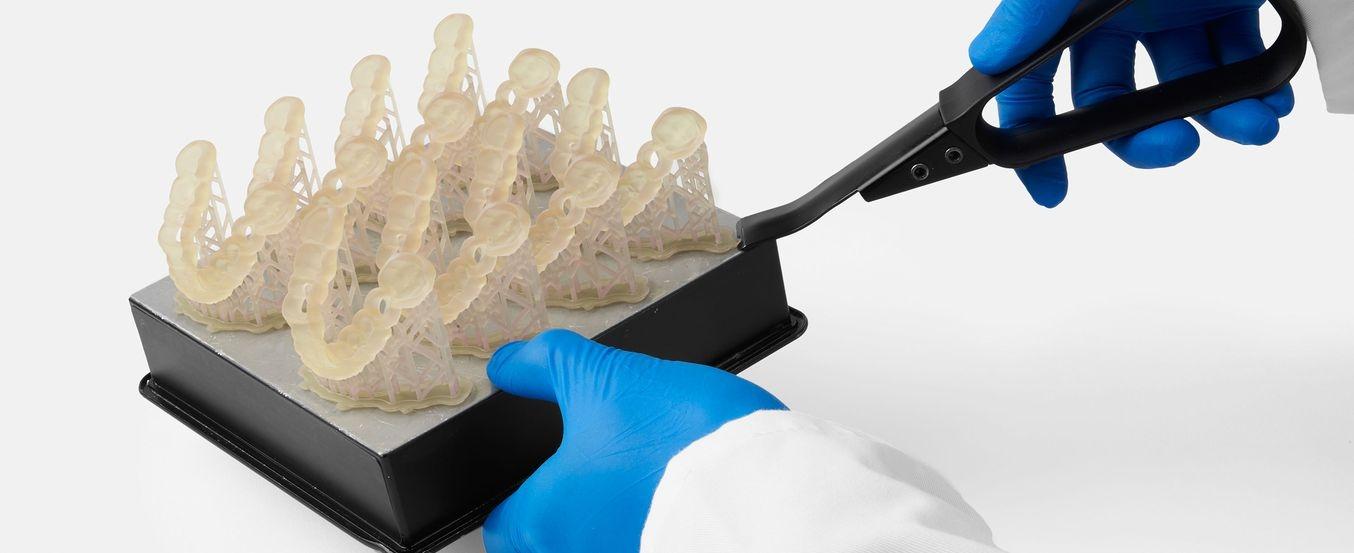 Dentalmodelle werden von Konstruktionsplattform entfernt