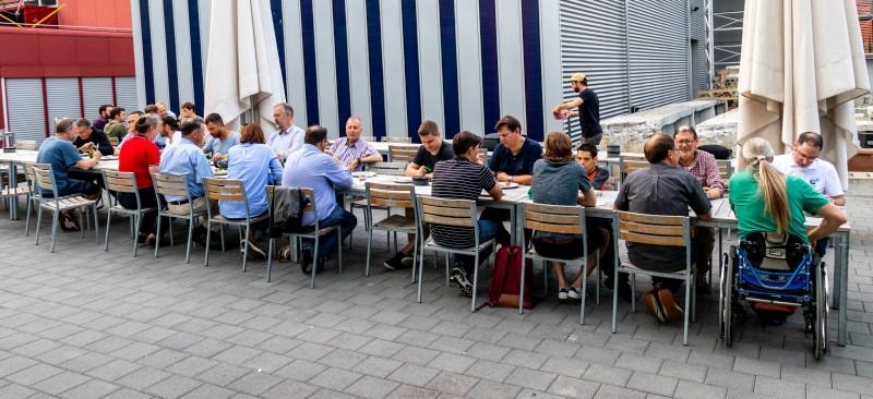 Teilnehmer beim gemeinsamen Essen