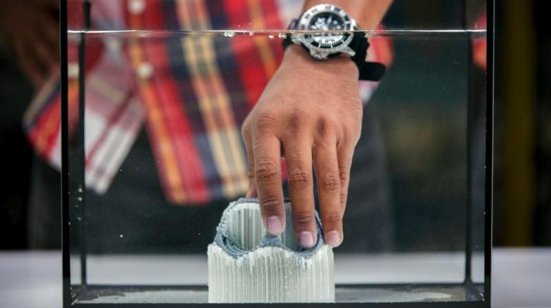 Hand haelt Druck mit PVA unter Wasser