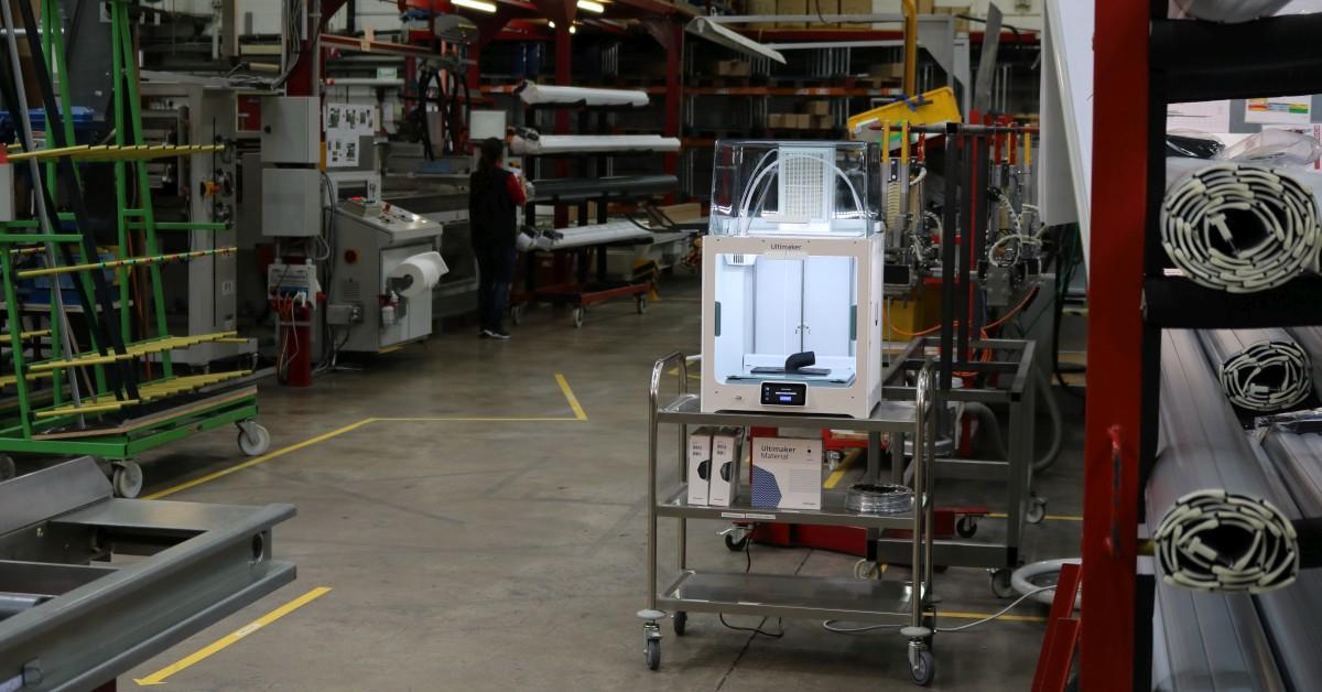 Ultimaker S5 mit Air Manager steht in Rolladen-Produktionsumgebung