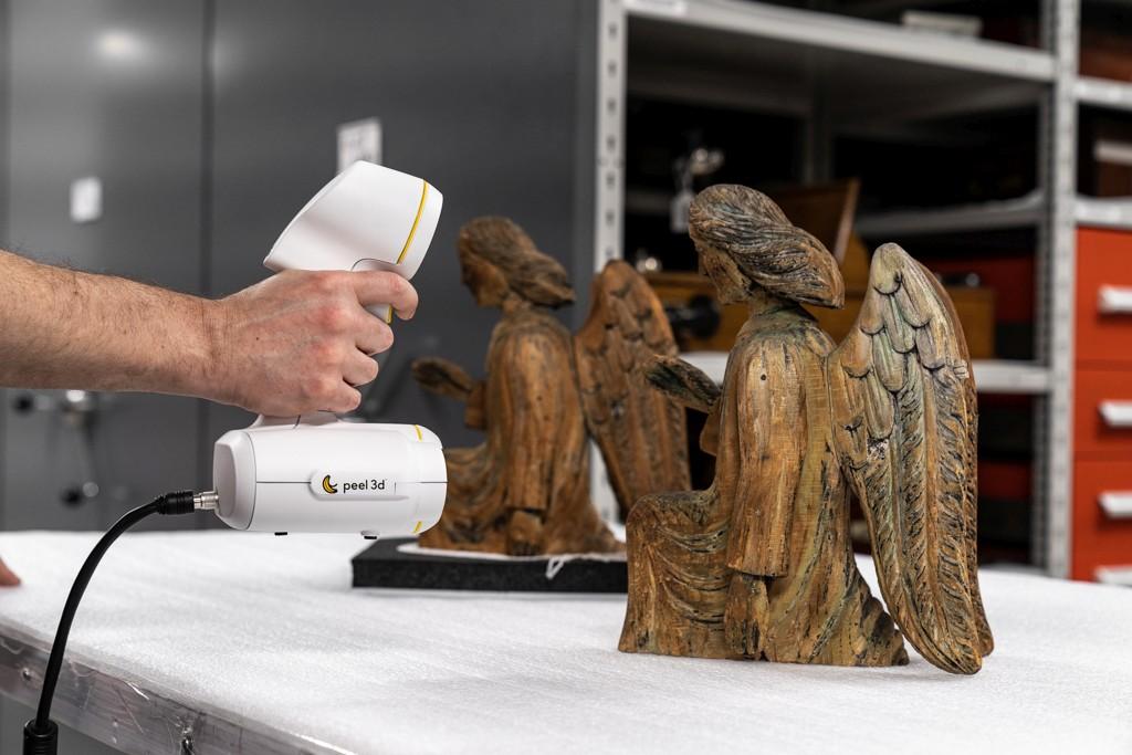 Engelskulptur aus Holz
