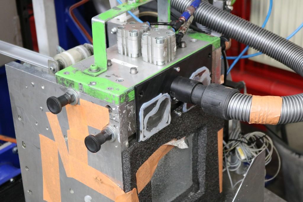 Schwarzer Adapter an Maschine