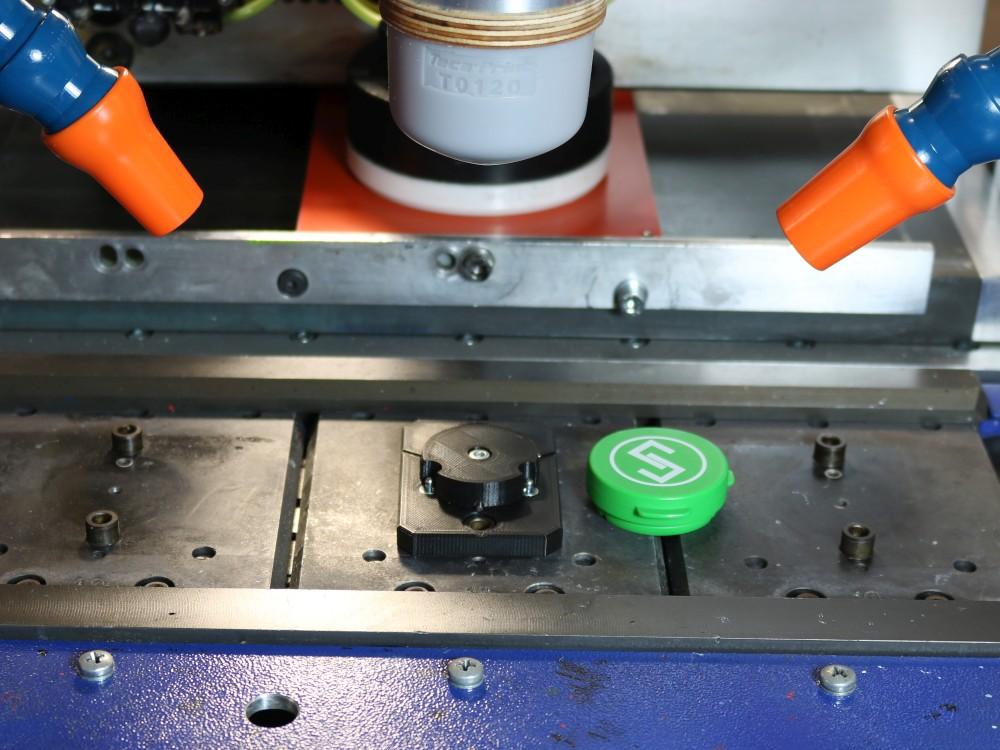 Grüner bedruckter Deckel neben Aufnahme