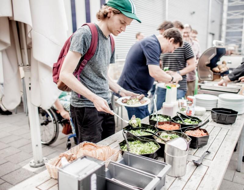 Teilnehmer am Schöpfen von Salaten