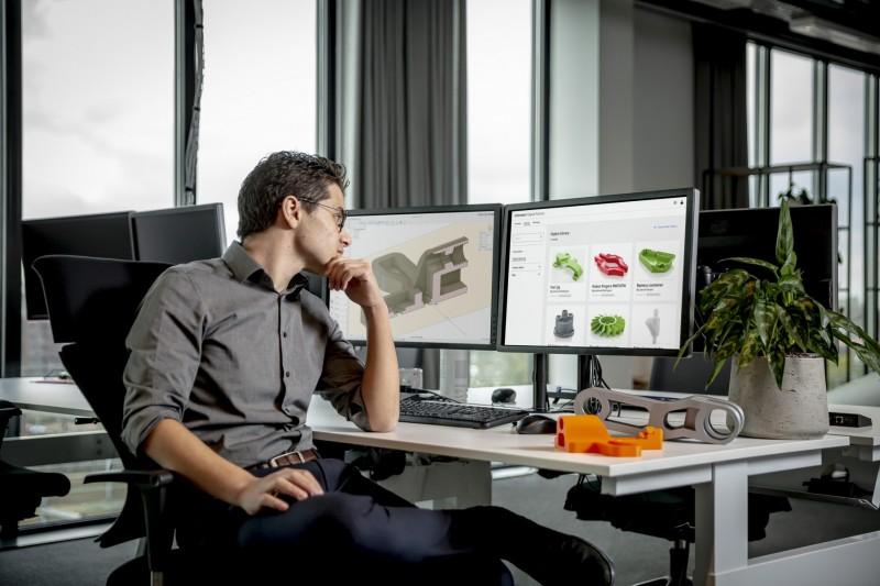 Mann studiert Digital Library auf Bildschirm